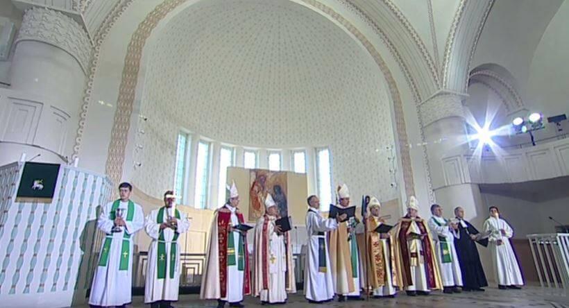 Osallistuin Tarton Paavalin kirkon uudelleen käyttöönoton juhlaan. Pääsin arvovaltaiseen joukkoon (kolmas oikealta).