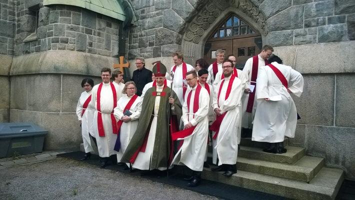 Toukokuussa pappisvihkimys Tampereen tuomiokirkossa. Toni Kokkonen ja Markus Korri vihittiin papiksi Kansanlähetyksen palvelukseen.