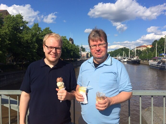 Kansanlähetyspäivien jälkeen jäätelö maistui. Tässä päivien johtajan Pyry Winterin kanssa Aurajoen maisemissa.